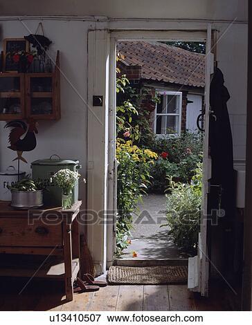 Immagine porta aperta in piccolo bianco cottage - Giardino piccolo foto ...
