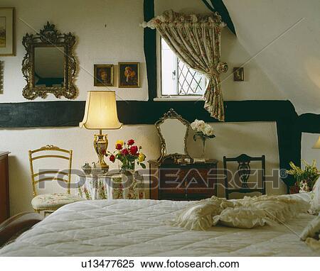 banque d 39 image grenier petite maison chambre coucher rideau petit fen tre et. Black Bedroom Furniture Sets. Home Design Ideas