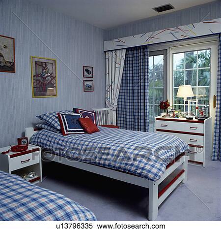 Arkivbilde - Blue+white, avmerket, duvets, på, tvilling, senger ...