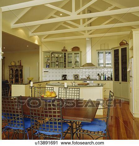 Archivio fotografico tavola legno e metallo sedie for Sedie blu cucina