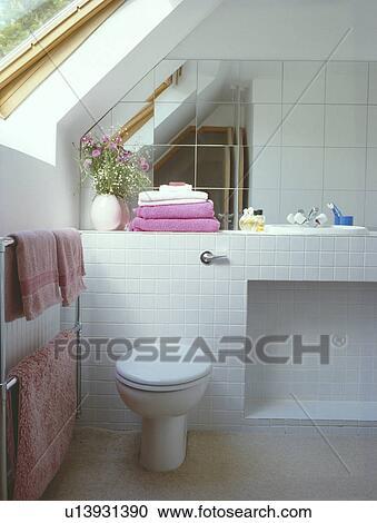 Stock fotografie spiegel tegels op muur boven toilet in witte zoldertjes badkamer - Muur tegels voor wc ...