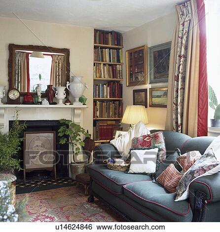 Spiegel Oben Marmor Kaminofen In Wohnzimmer Mit Blaues Sofa Und Nische Regale