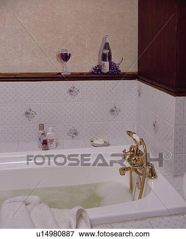 Immagine modellato tegole parete e ottone rubinetti - Rubinetti bagno ottone ...
