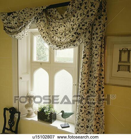 Image noir blanc tissu drap sur rideau poteau au for Fenetre gothique