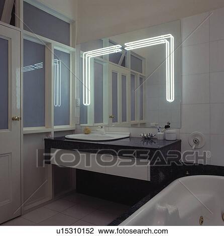 Banque de photo clairage fluorescent dans grand for Eclairage dessus de miroir