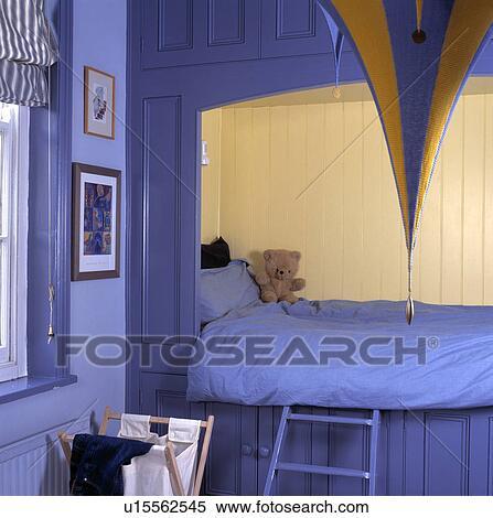 banque d 39 image bleu couette lit ajust dans alc ve cr me lambris dans enfant bleu. Black Bedroom Furniture Sets. Home Design Ideas