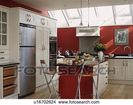 banque de photo bois et m tal tabourets barre petit d jeuner dans rouges cuisine. Black Bedroom Furniture Sets. Home Design Ideas