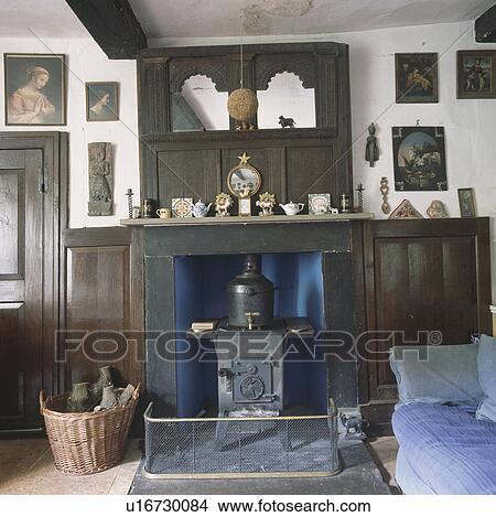 banque de photo antiquit bois miroir au dessus chemin e cast iron po le dans. Black Bedroom Furniture Sets. Home Design Ideas