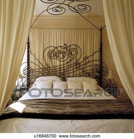 banques de photographies cr me coussins et tentures fausse fourrure jeter sur fer. Black Bedroom Furniture Sets. Home Design Ideas