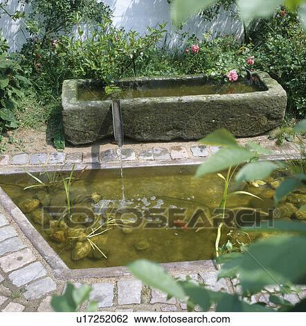stock foto alt stein trog mit wasser tr pfeln. Black Bedroom Furniture Sets. Home Design Ideas