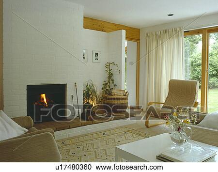 Stock fotografie verlicht vuur en witte gordijnen in modern leven kamer met - Moderne witte kamer ...