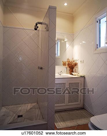 Archivio fotografico   aperto, doccia, gabinetto, con, pavimentato ...