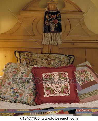 Archivio immagini primo piano di floreale e patchwork cuscini letto con pino testata - Testata letto con cuscini ...