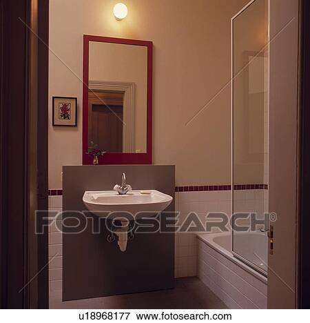 Immagine globo luce e rosso specchio sopra wall mounted bacino in piccolo moderno - Luce sopra specchio bagno ...