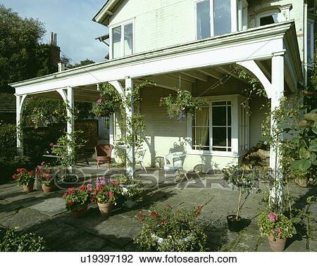 Stock foto bedekte terras voor traditionele witte landhuis met veranda u19397192 zoek - Beelden van verandas ...
