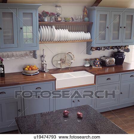 Banque de photo blanc plaques sur tag re au dessus for Etagere dessus evier cuisine