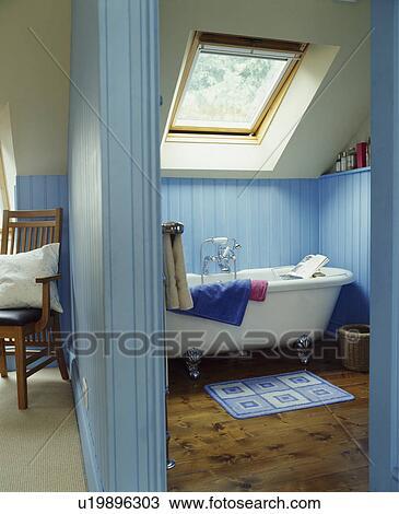 Archivio Fotografico - blu pallido, attico, bagno, con, velux ...