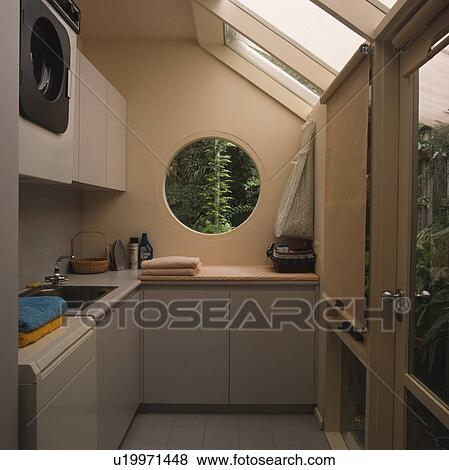 images circulaire fen tre dans moderne buanderie. Black Bedroom Furniture Sets. Home Design Ideas
