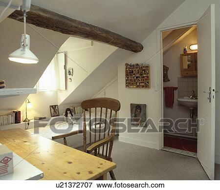 Bilde   furu, tabell, og, stol, inn, hvit, loft, soverom, med ...