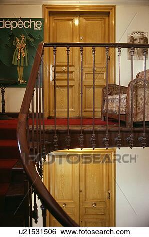 Stock afbeeldingen houten bannisters op trap en tussenverdieping met afbeelding naast - Trap meubilair kind ...