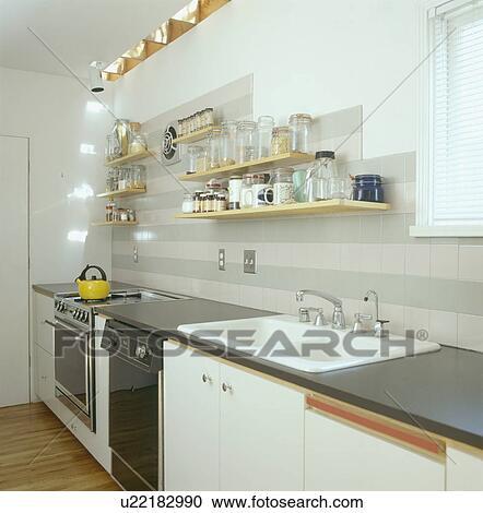 Stock fotografie planken boven dubbel witte zinken in hippe witte kombuis keuken - Kombuis keuken ...