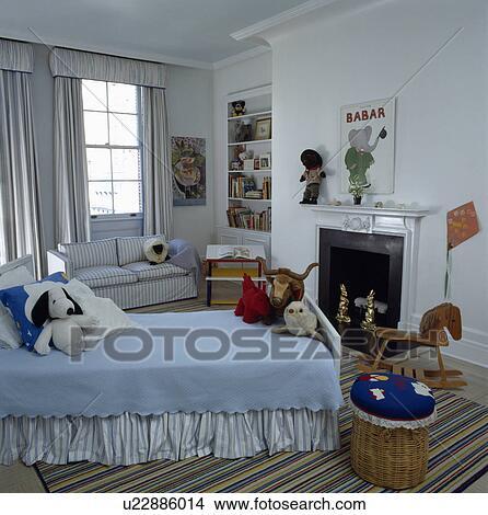 stock foto blau bedcover auf diwan bett in kind traditionelle wei schalfzimmer mit. Black Bedroom Furniture Sets. Home Design Ideas