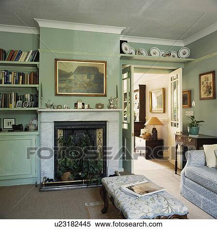 banque d 39 image tag re au dessus porte dans traditionnel salle de s jour u23182445. Black Bedroom Furniture Sets. Home Design Ideas
