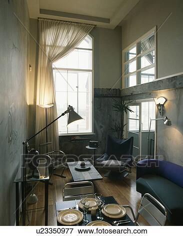 Beeld grijze diningroom met hoog plafonds en modern meubilair u23350977 zoek stock - Modern meubilair en oude ...