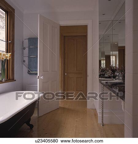 Stock fotografie h lzerner bodenbelag und rolltop bad for Badezimmer clipart