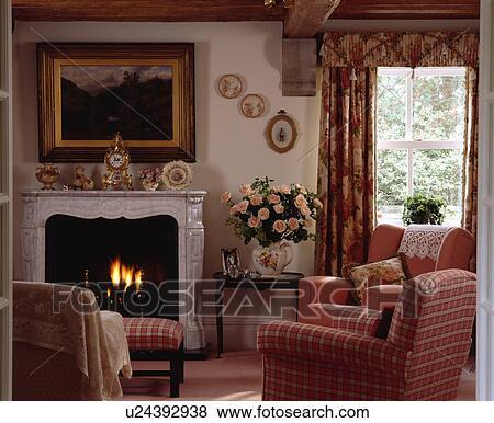 ... , vorhänge, in, traditionelle, wohnzimmer, mit, rot, kariert, sessel