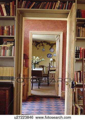 mensole, sopra, porta aperta, con, vista, attraverso, pavimentato ...