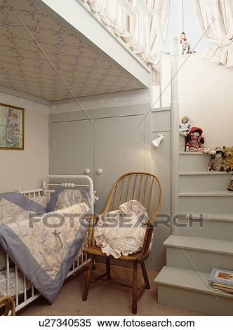 stock bild - windsor, stuhl, neben, weiß, kinderbett, in, Hause ideen