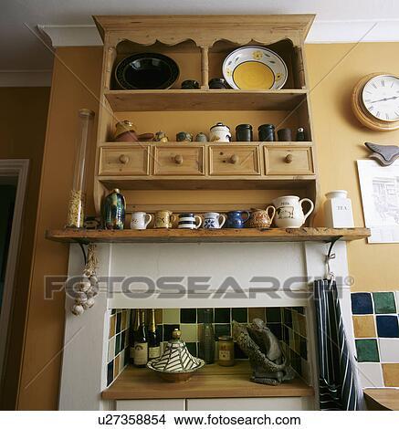 Banque de photo gros plan de pin tag re unit for Etagere dessus evier cuisine