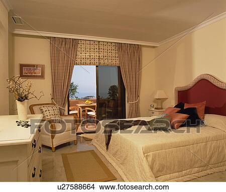 Stockfoto   fløde, quilt, seng, ind, neutral, soveværelse, hos ...