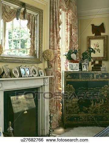 stock bilder spiegel hin ber marmor kaminofen in land lebensunterhalt zimmer mit toile. Black Bedroom Furniture Sets. Home Design Ideas