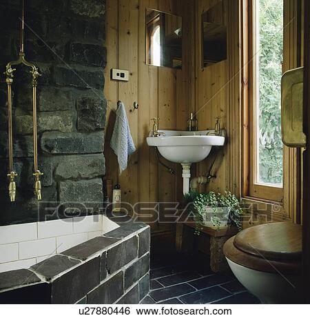 Archivio di immagini nero pavimento pavimentato e bagno circondare in rustico bagno - Bagno rustico in pietra ...