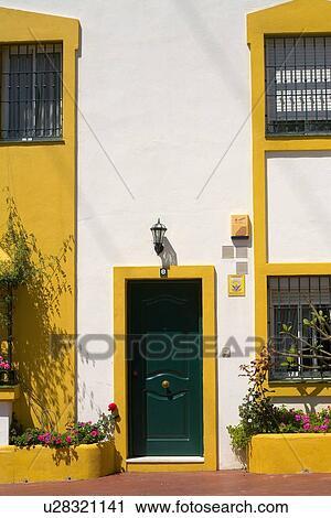 Archivio fotografico nero porta bianco spagnolo casa - Finestra in spagnolo ...