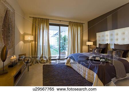 banque d 39 image bleu tapis et model bedlinen dans. Black Bedroom Furniture Sets. Home Design Ideas