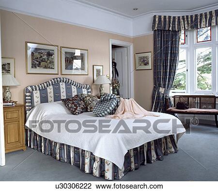 Stock foto grijze gestreepte en floral upholstered for Chambre public affairs