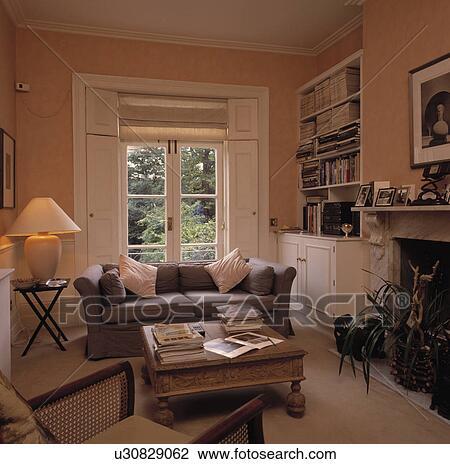 Grauer Sofa Vor Fenster In Traditionelle Wohnzimmer