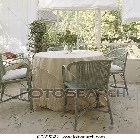 banque de photo gris osier chaises et circulaire table cr me tissus dans. Black Bedroom Furniture Sets. Home Design Ideas