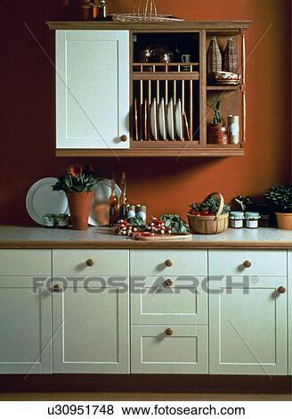 Immagini piccolo armadietto e piastra scaffale in - Scaffale per cucina ...