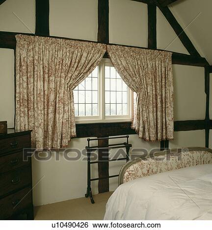 banque d 39 images rose toile de jouy rideaux dans pays chambre coucher u10490426. Black Bedroom Furniture Sets. Home Design Ideas