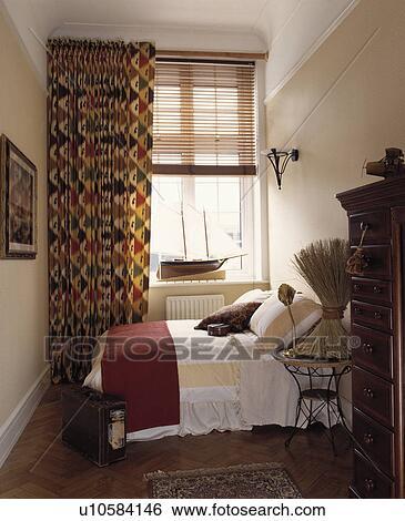 banque d 39 images model red green rideaux et slatted bois aveugle fen tre dans. Black Bedroom Furniture Sets. Home Design Ideas