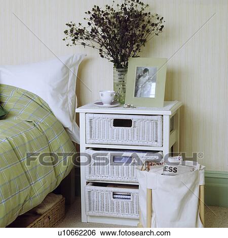 Stock afbeeldingen witte geverfde stok drie trekken eenheid in een hippe slaapkamer - Slaapkamer met behang ...