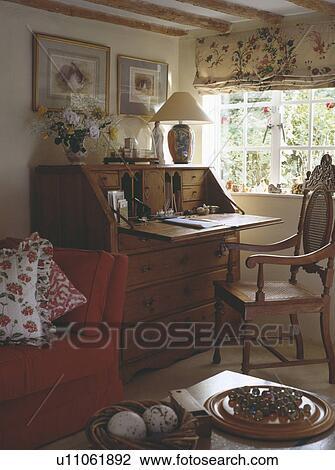 banque de photo antiquit bureau et chaise dans tude coin devant fen tre dans. Black Bedroom Furniture Sets. Home Design Ideas