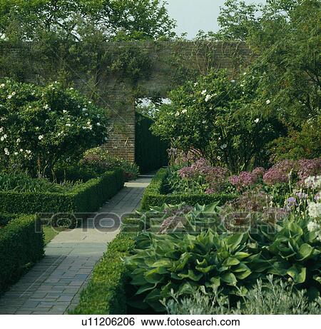 Stock afbeeldingen geknipte hagen in formele land tuin in zomer u11206206 zoek - Formele meubilair ...