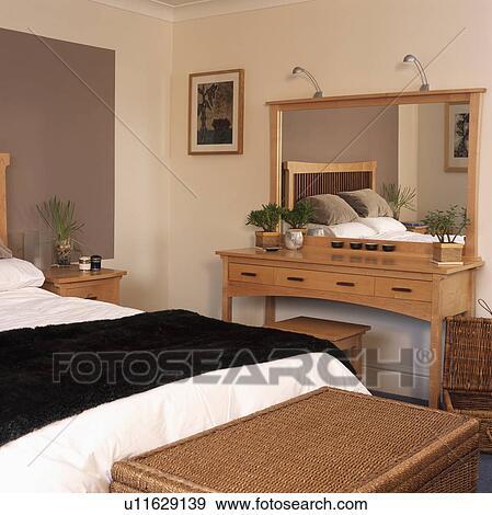 Banque de photographies p le bois miroir au dessus for Miroir au dessus du lit