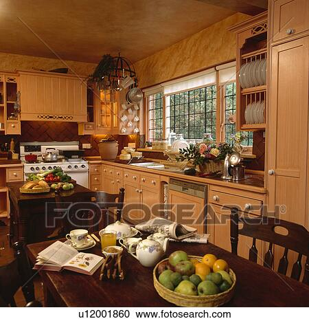Archivio fotografico cucina libro e frutta su - Vernice per ante cucina ...