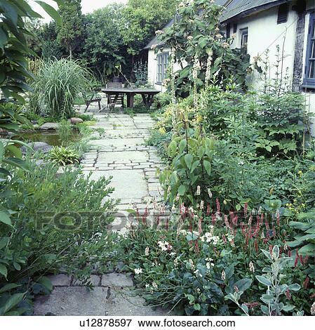 Immagine legno mobilia su patio in giardino paese for Mobilia in inglese